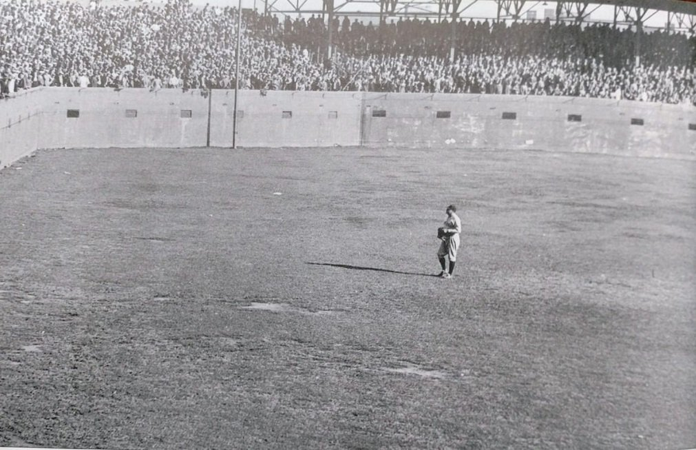 Sportsman's Park, St Louis - Yankees great slugger Babe Ruth looks to be holding court in outfield with Cardinals fans during 1926 World Series. Ruth was having a memorable series (4 HRs, .300 avg) but then last out of Game 7 took place and it quickly became forgettable for him https://t.co/NQ5uDCEguR