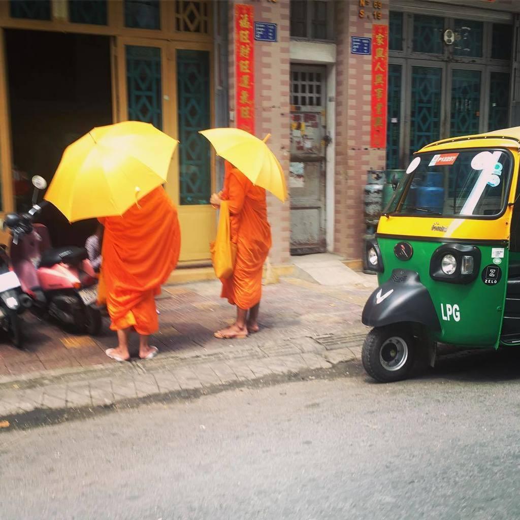 yellows. #phnompenh #cambodia #monks https://t.co/EbdDyx0M36 https://t.co/UC7a0GTtYt