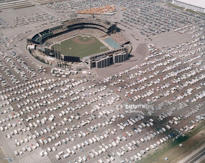 Metropolitan Stadium, 1971. Parking was NOT an issue. https://t.co/MtLJ5iPqCl