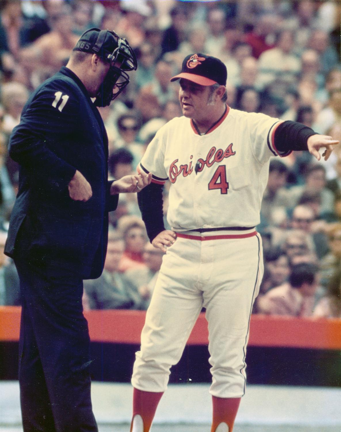 I hadn't seen this picture of Earl Weaver before where you can actually see his pack of cigarettes (his left, next to #4) in his special pocket sewn inside his jersey. @UniWatch #Orioles https://t.co/r3PrKcAdXp