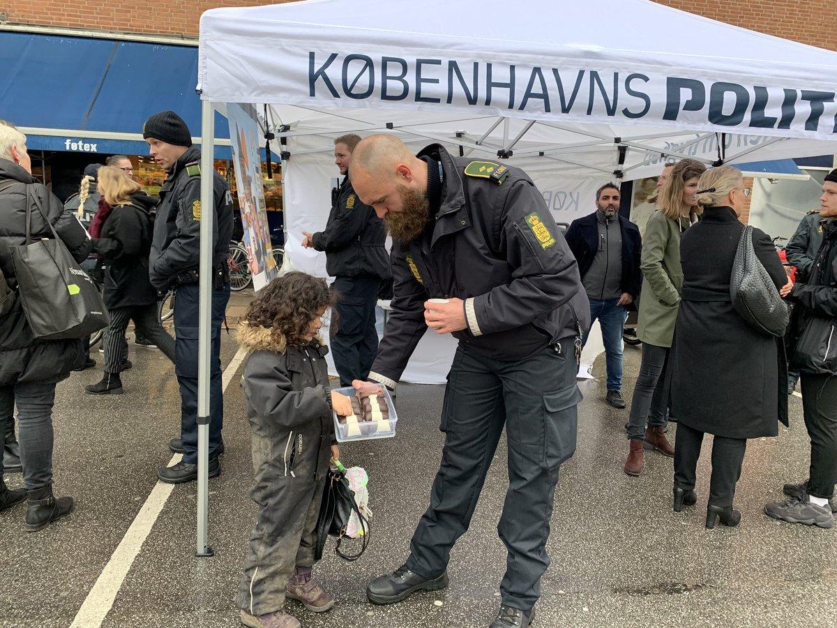 Kom og mød din nærbetjent foran Føtex ved Nørrebro Station. Vi er her indtil kl. 17.30 #politidk https://t.co/yc0LKH8EOF