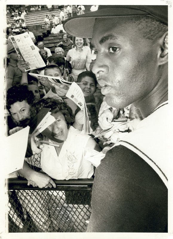 "There are baseball heroes, and then there was Roberto Clemente!   ""The Great One"" obliges fervent autograph seekers at Forbes Field, Pittsburgh, 1962.   @Pirates #TheGreatOne #PuertoRico @OTBaseballPhoto https://t.co/IeQIptjarF"