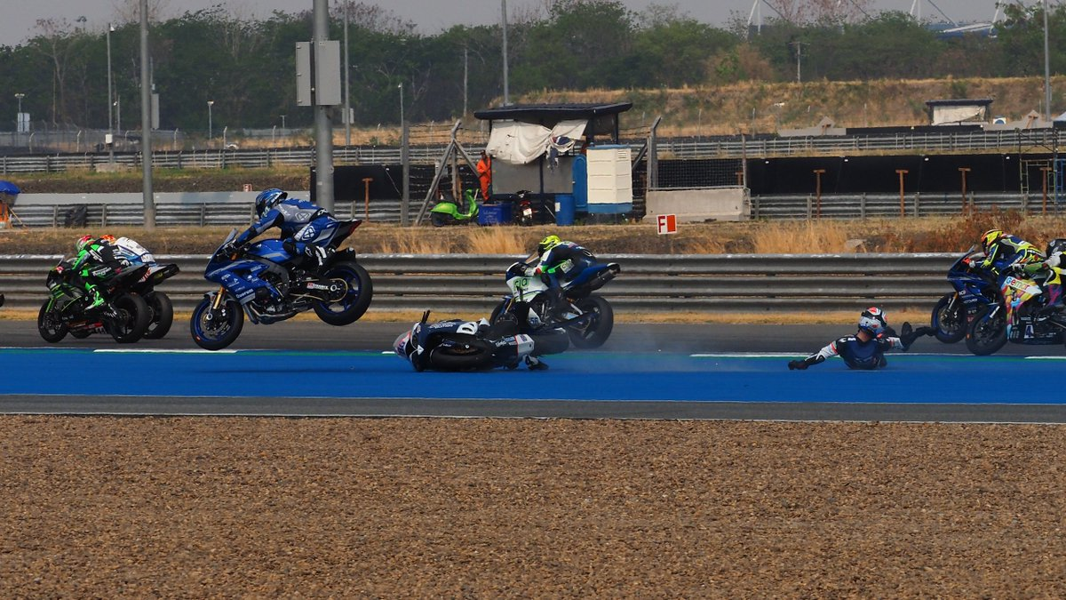 test Twitter Media - ✨A moment of magic: @Perolari_94 flies OVER @BadoviniAyrton' s fallen bike!  #THAWorldSBK 🇹🇭  📹 FREE VIDEO | #WorldSSP https://t.co/VpOjafTqv1 https://t.co/LF4FkhV9Zt