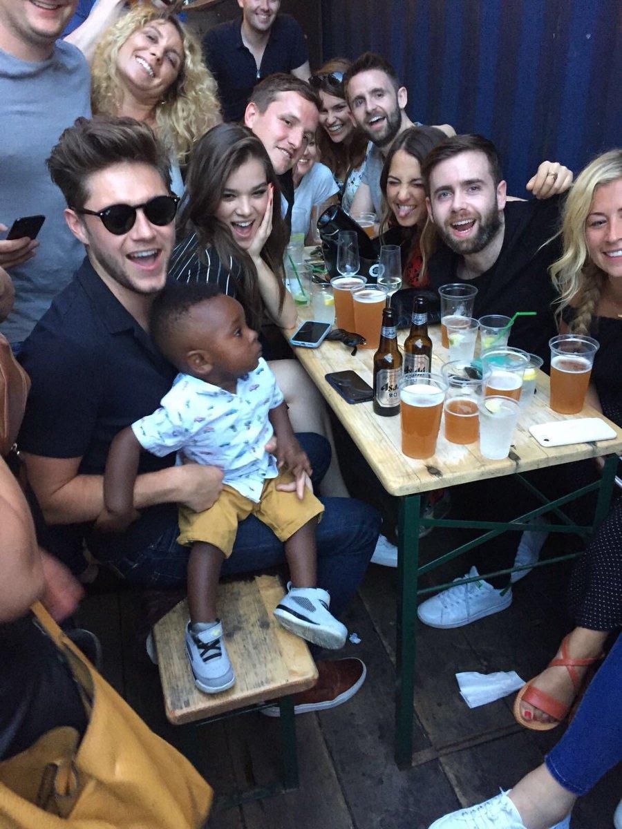 niall com a hailee e segurando um bebê a coisa mais fofa, como eu nunca tinha visto essa foto antes https://t.co/kgBbAkB1Mv