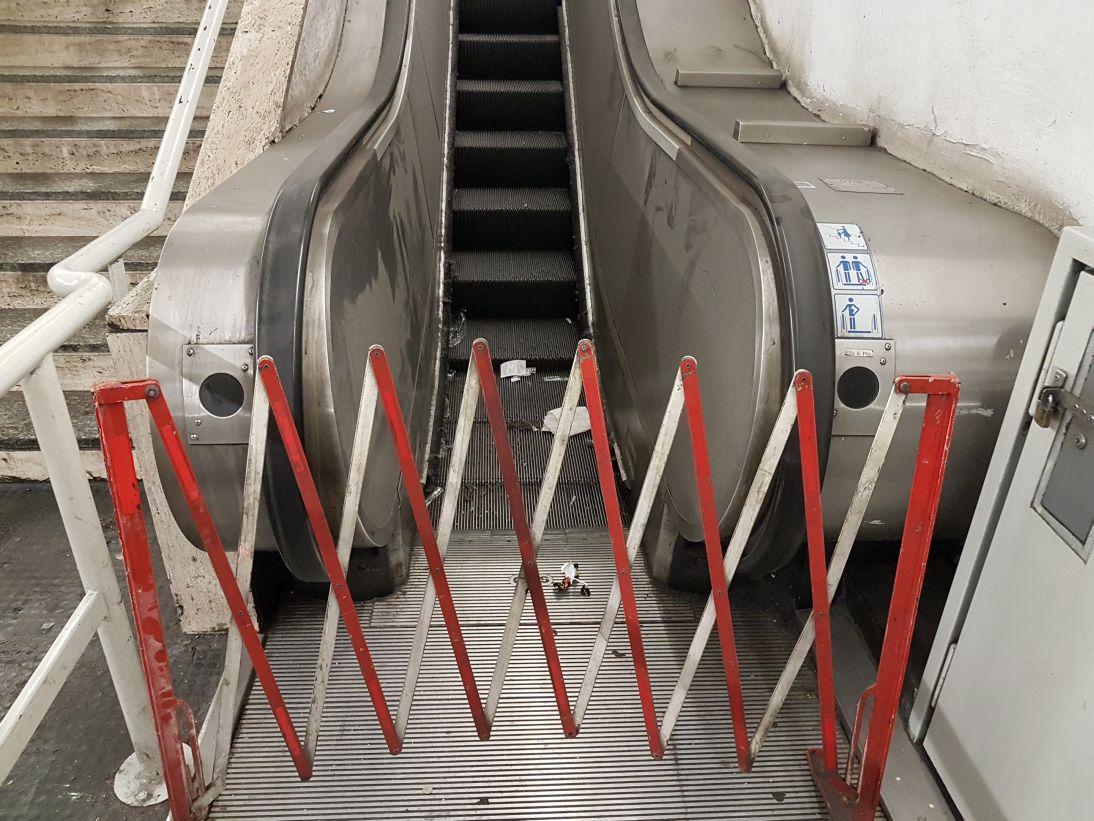 test Twitter Media - Atac e @virginiaraggi stanno per revocare l'appalto alla ditta di manutenzione delle scale mobili. Ma i problemi nascono nel 2017 e già da allora l'impresa non rispetta il contratto. Gli scenari futuri sono ancora peggiori. Un articolo di @MercurioPsi https://t.co/cE5KU6hjSo https://t.co/xieirj7PPa