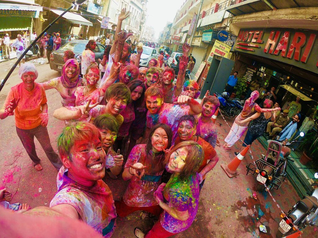 test ツイッターメディア - \世界のお祭り情報/  インドでは先日「ホーリー祭」が行われてました!  春の訪れを祝い 色粉を塗りあったり色水を掛け合ったり✨  想像と常識を超えた インドの文化を体感できるよ🇮🇳  参加すると写真のように全身がカラーに染まる クレイジーさ満点のお祭り😮 https://t.co/G4uND19gyH