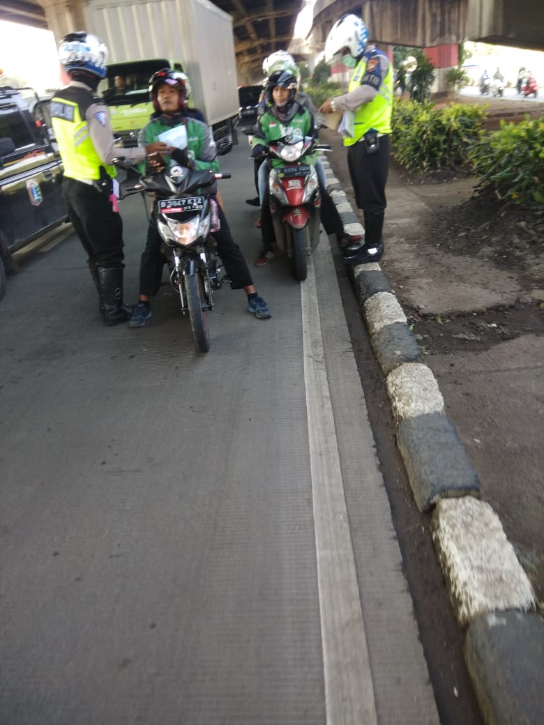 09.22 Penindakan dgn Tilang sepeda motor yg melintas jalur Cepat di Jl.D.I Panjaitan jaktim. https://t.co/MNVQ6iy1kw