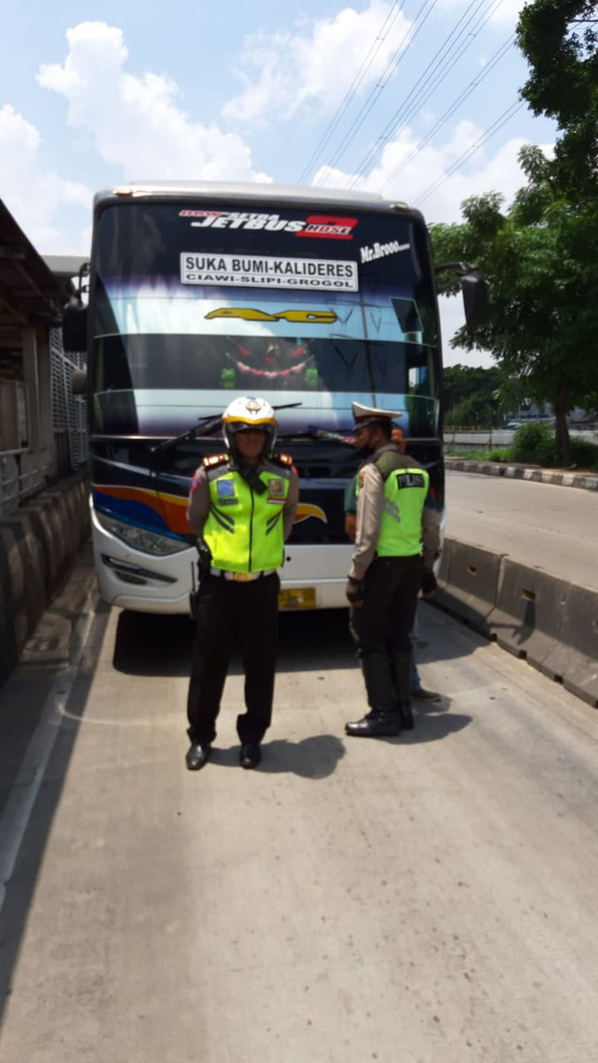 11.45 Penindakan dgn Tilang kendaraan yg melintas jalur Transjakarta di Cengkareng jakbar. https://t.co/uKYc0MrNWV