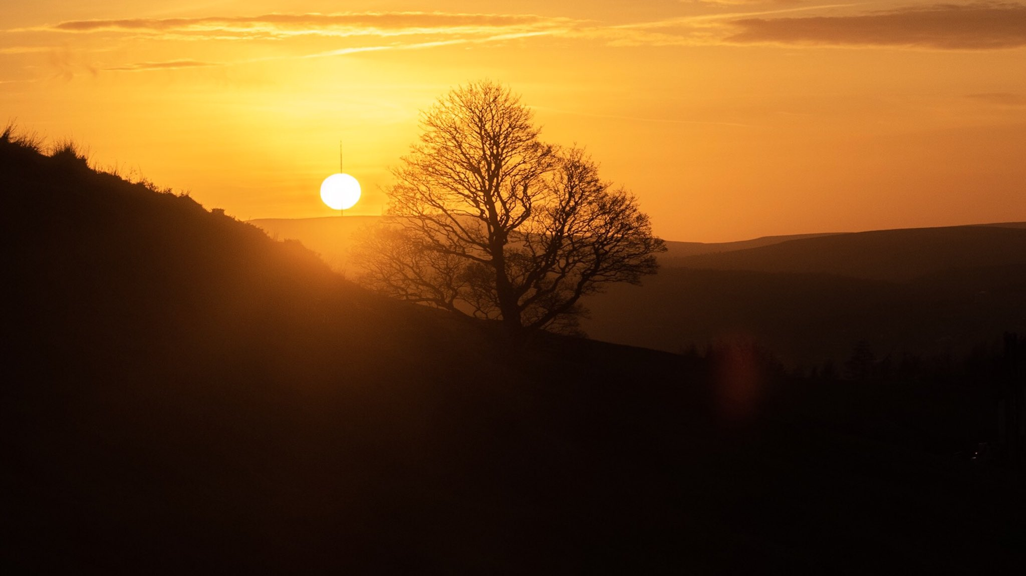 Cocktail stick sunset. Pierced by the Winter Hill mast #photoserotonin https://t.co/AnZCoXKPLh
