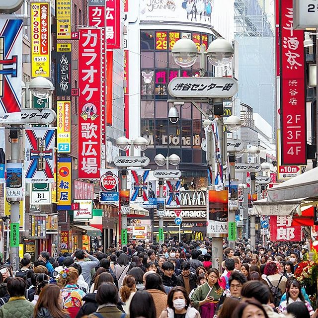 If you're a person who loves crowds, then Tokyo is the place to visit. This is the scene at Shibuya in the day, where thousands of people pass by the main streets here. Shibuya is one of the most visited places in Tokyo, and has been for a very long time.… https://t.co/zdioLMXsHm