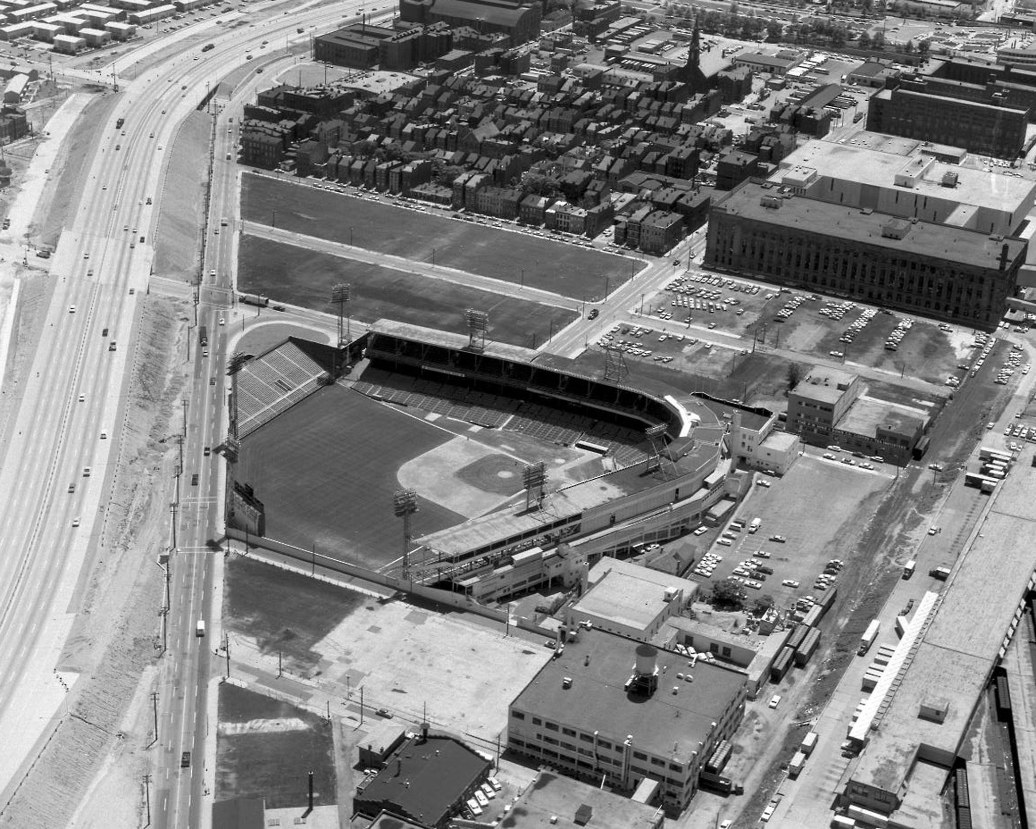 Crosley Field, Cincinnati, ca 1964 - Interstate 75 leaves the slightest sliver of space between it and the Reds home as it also sucked out a lot of the charm of what was once a neighborhood ballpark. Reds fans were allowed to park on the interstate while it was under construction https://t.co/tdovECSZiG