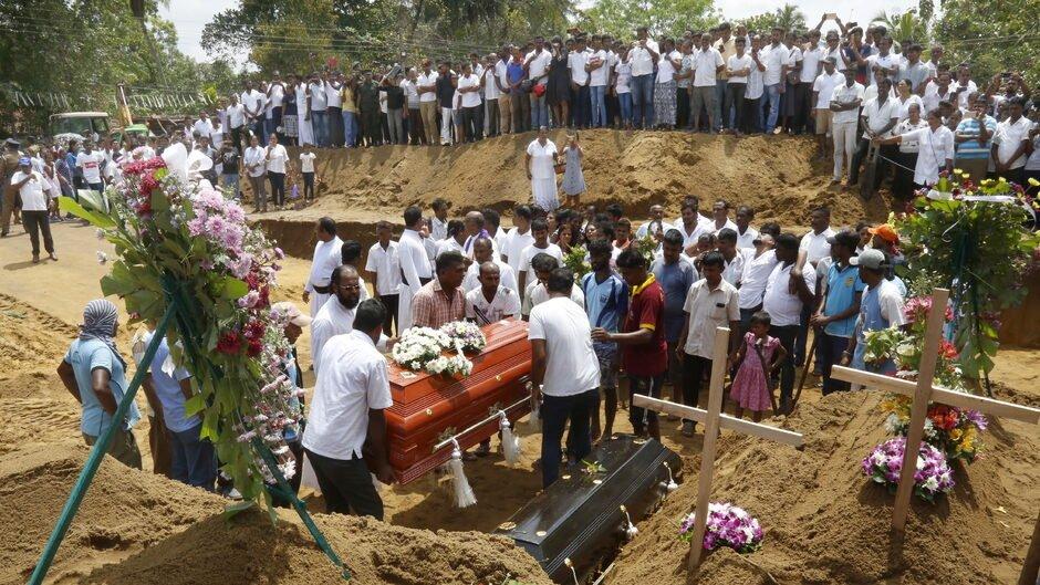test Twitter Media - Massebegravelser i Sri Lanka efter bombeangreb: - Tænk ikke på hævn. Gud vil straffe dem, der stod bag https://t.co/vnZ33v0HkW https://t.co/eT750ajjNA