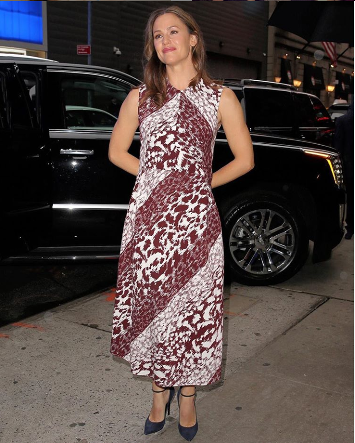 .#JenniferGarner looking amazing in the #VBSS19 sleeveless leopard print midi in New York. X Kisses VB https://t.co/nELsa4VUh7
