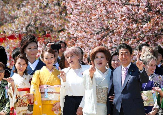 test ツイッターメディア - 【恒例】首相主催「桜を見る会」、ももクロらも参加 https://t.co/ZLgpwgfgpW  首相はあいさつで改元について触れ「新しき 御代ことほぎて 八重桜」など2句を披露。五木ひろし、寺田心、ピコ太郎ら著名人も参加した。 https://t.co/U9vpcPO8Ip