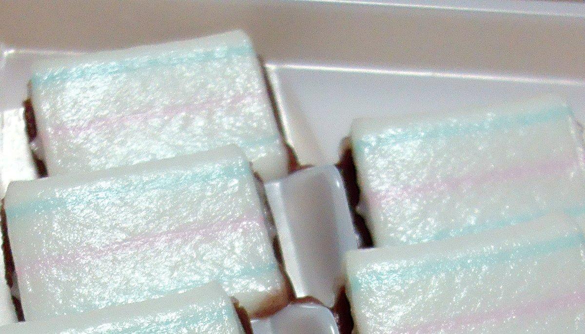 test ツイッターメディア - 滋賀県は「多賀や」の糸切餅。なめらかでコシのある餅と、ひかえめな甘さの餡との組み合わせが絶妙に感じられた。三味線の糸で切っているから、切断面がなめらかな丸みを帯びているのだろうか。白い餅肌に三本の糸が引かれたようなデザインもシンプルな美しさを感じさせる。これで650円は安い^^ https://t.co/sNM08bBHO4
