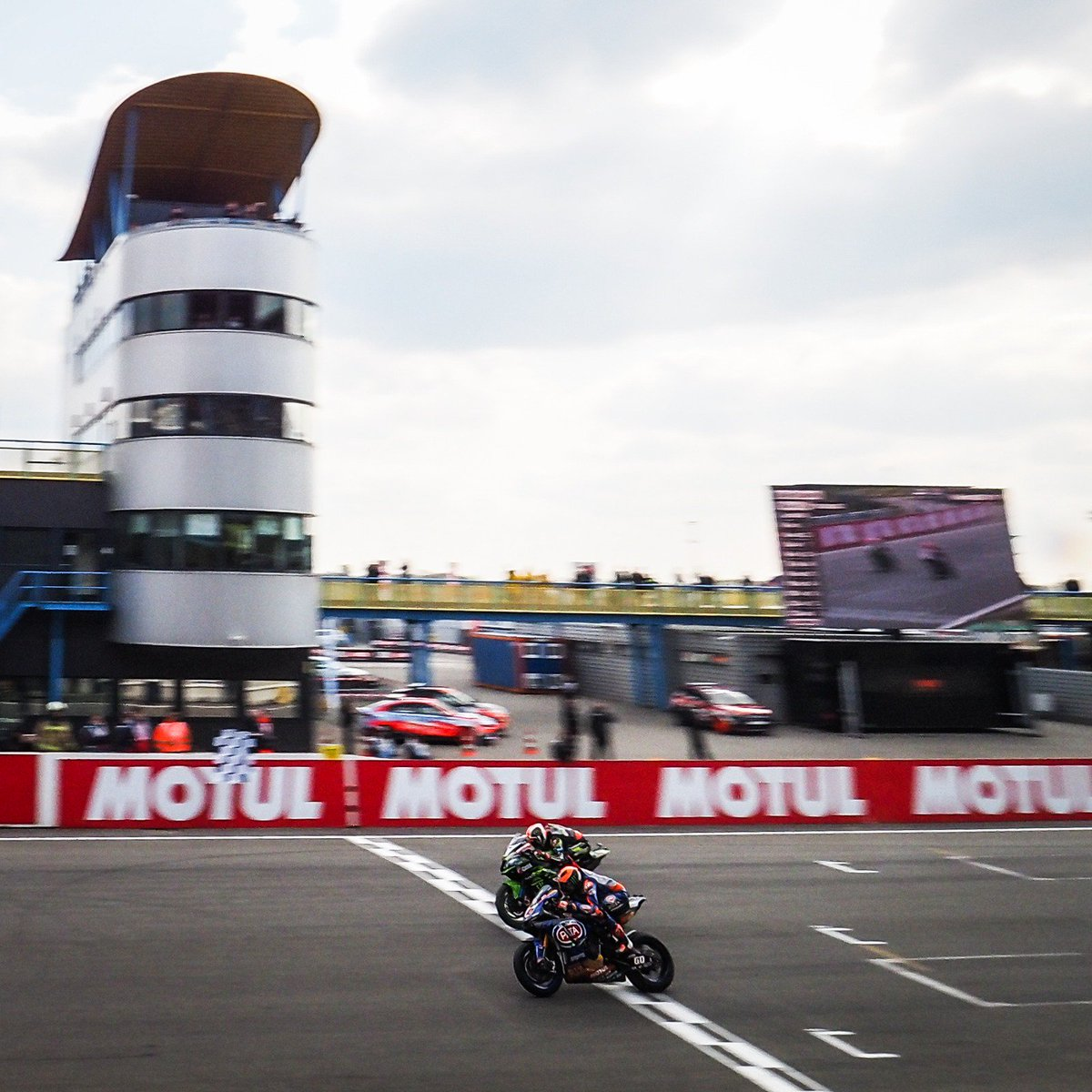 test Twitter Media - 🏁 This was the end of a last lap showdown between @jonathanrea and @mickeyvdmark at the @motul Dutch Round🙌   #NLDWorldSBK 🇳🇱 https://t.co/UGGvWTd4OK