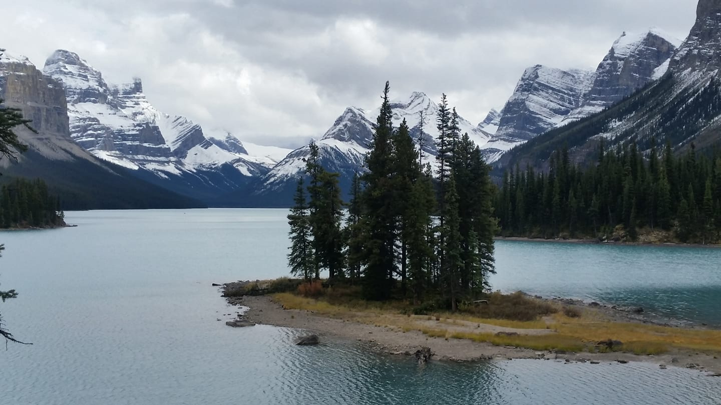 Known as one of the most- photographed locations in the Canadian Rockies, this place has been featured in ad campaigns from @Kodak and @Apple and cameoed in a feature film. Can you name this iconic location? 📷: Lois Schultz https://t.co/6L1YKkU8Jk