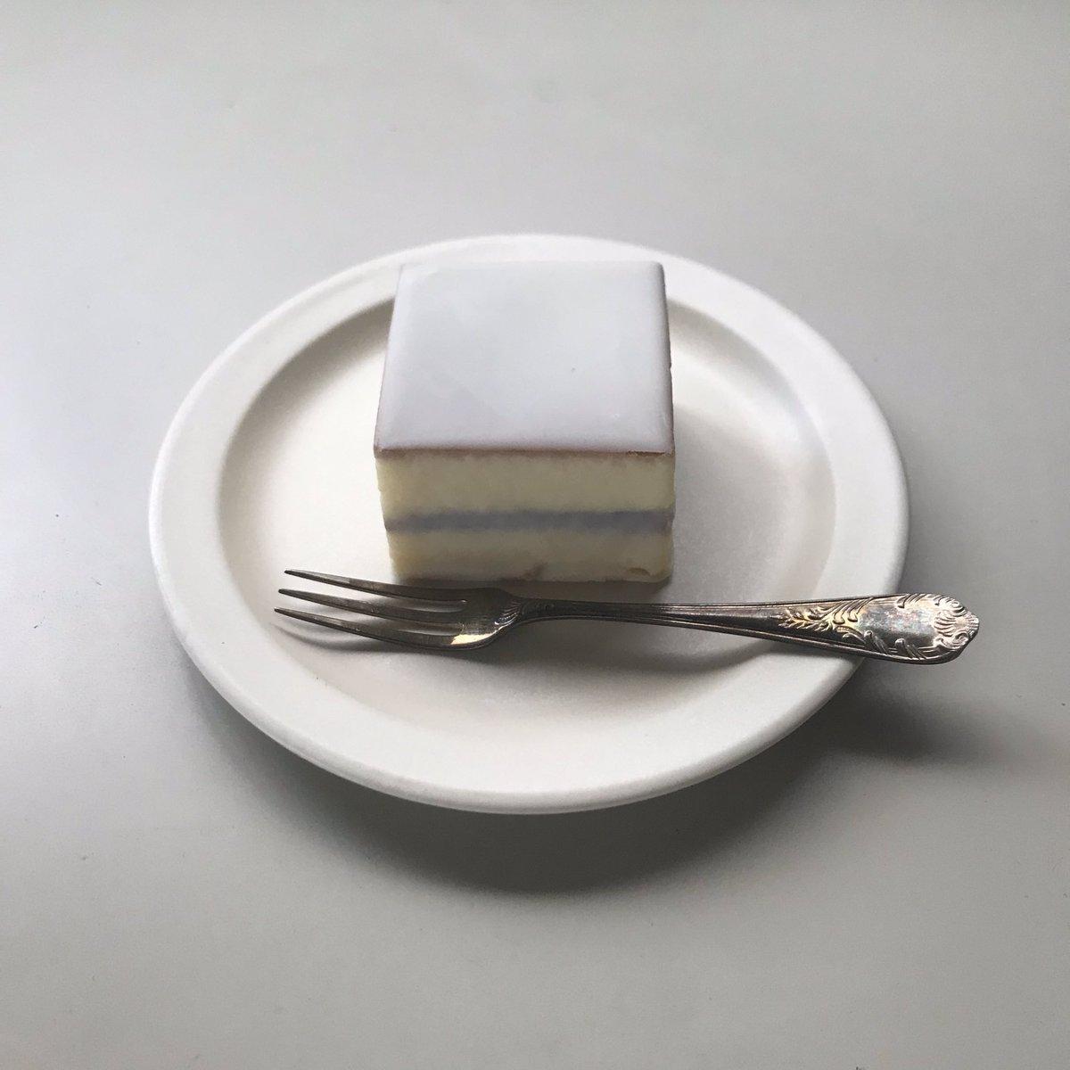 test ツイッターメディア - おいしくてかわいいお菓子を探すのが趣味です☺️💕 明治屋で見つけた鈴屋のデラベール(デラックスケーキ?)。こしあんぽい具がほろほろケーキにサンドされてておいしかった!和歌山のお菓子。包み紙もかわいい。 https://t.co/mWRt8wicKA