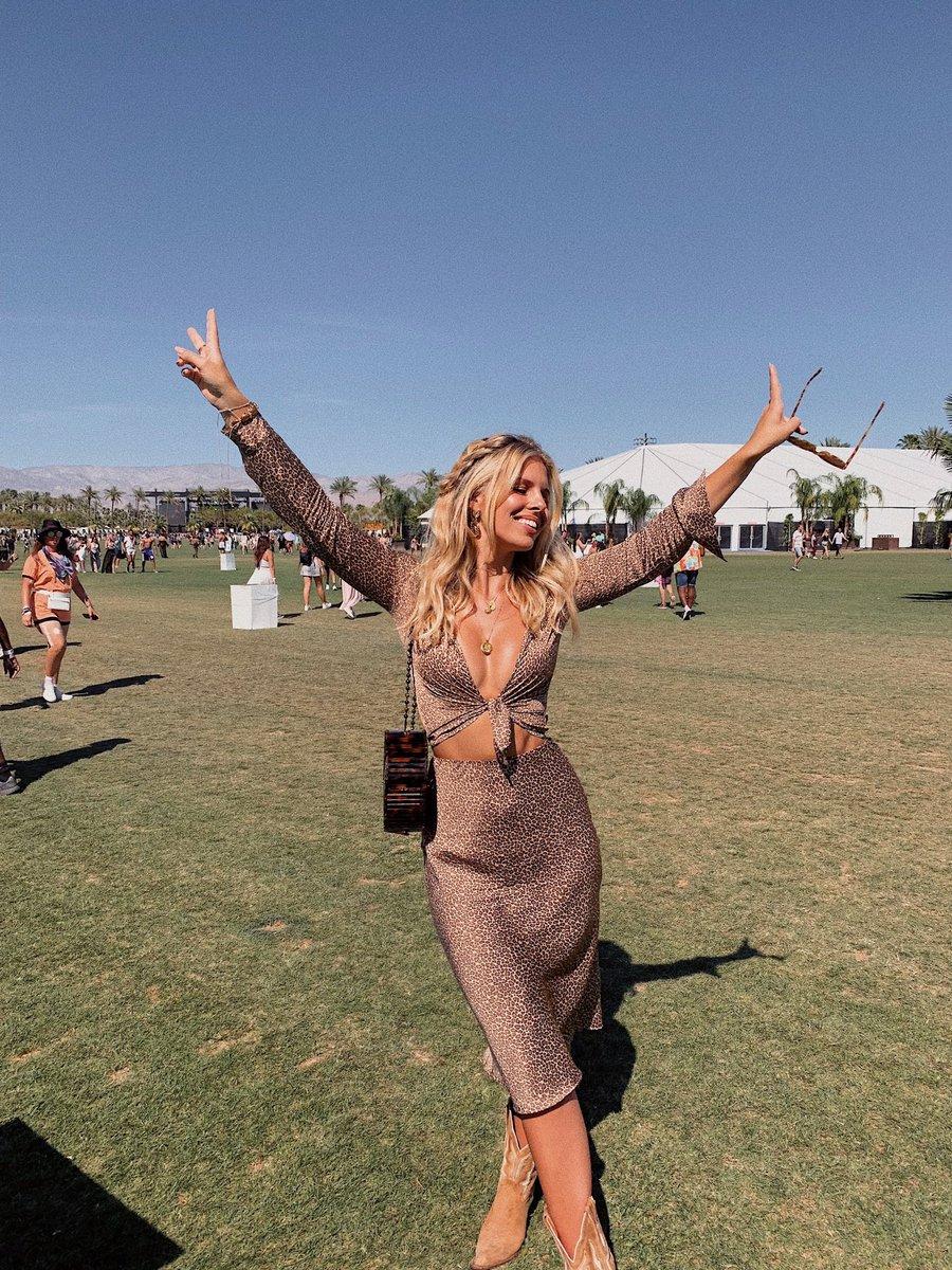Which photo do you guys like best? 1, 2 or 3?  #Coachella2019 https://t.co/tKP7DWXu92