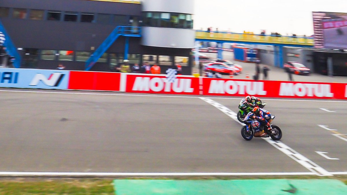 test Twitter Media - 🔥Moment of the weekend: @mickeyvdmark & @jonathanrea, 0.018s, sensational!  #NLDWorldSBK 🇳🇱  📃 | #WorldSBK https://t.co/nDNOGA0udv https://t.co/cvYpoaL7jw