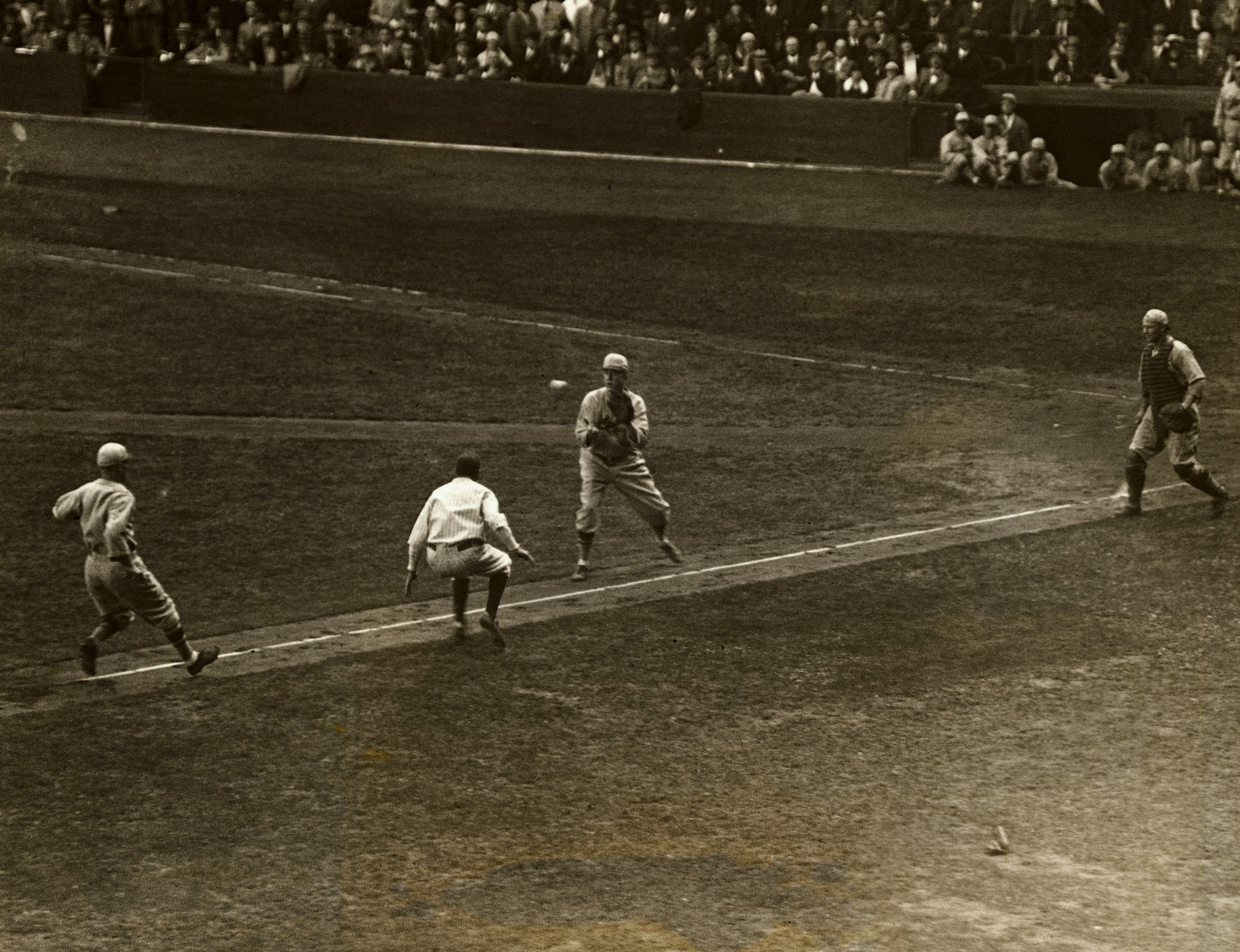Yankee Stadium, Bronx, Oct 3, 1926 - Tony Lazzeri of Yankees is caught dead in his tracks trying to steal home vs St Louis Cardinals in Game 2 of 1926 World Series. But miraculously he'd find a way to score for 2-0 Yanks lead, however the Cardinals would rally for a 6-2 win https://t.co/DN0jXSFKit