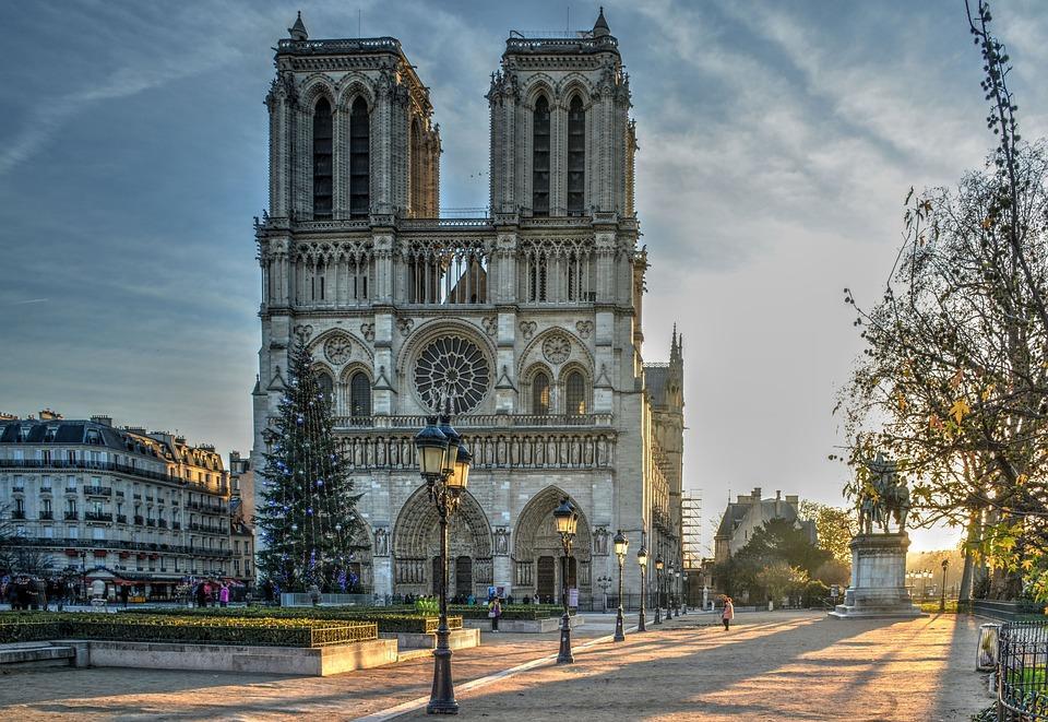Die #Kathedrale #NotreDame de Paris brennt. Bisher gibt es noch keine finalen Aussagen zur Brandursache. Man sollte am Besten #Spekulationen, #Prophezeihungen oder #Verschwörungstheorien unterlassen. Danke! https://t.co/CCwAUREwMC