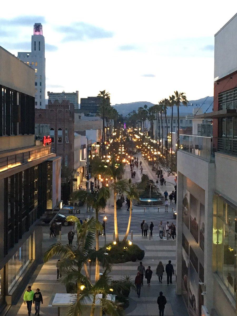 RT @TheOne00826637: Dinner at dusk 💖 #CheescakeFactory #3rdStreetPromenade  #SantaMonica #CaliforniaNights https://t.co/Z9BEXODsiq