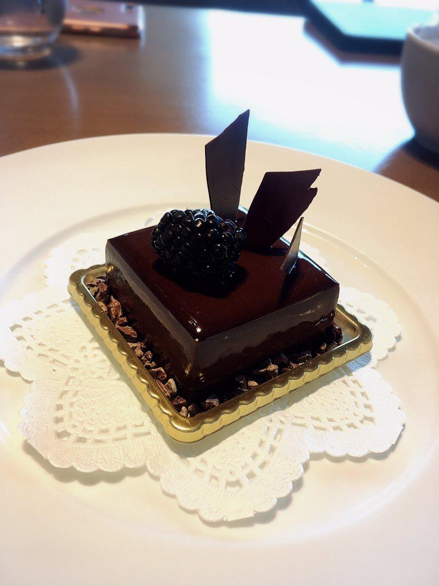 test ツイッターメディア - 食後のお茶は新しくなってから初めて入った東京會舘の中。 今はあちこちで食べることが出来るマロンシャンテリーも本場で食べようと思いつつプチガトーもとても美味しそうだったので… ほころんだよ。 奥のインテリアが昔行ったヘンリベンデルのサロンみたいなデザイン。欠片だけでも真似したい… https://t.co/c2XKYWfwsW