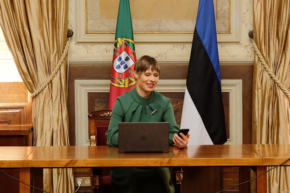 Just gave my digital signature to a document to authorise Jüri Ratas to form a new Estonian government - while on a state visit to Portugal. A digital state is not bound by is borders. https://t.co/FNZSMj4LmT
