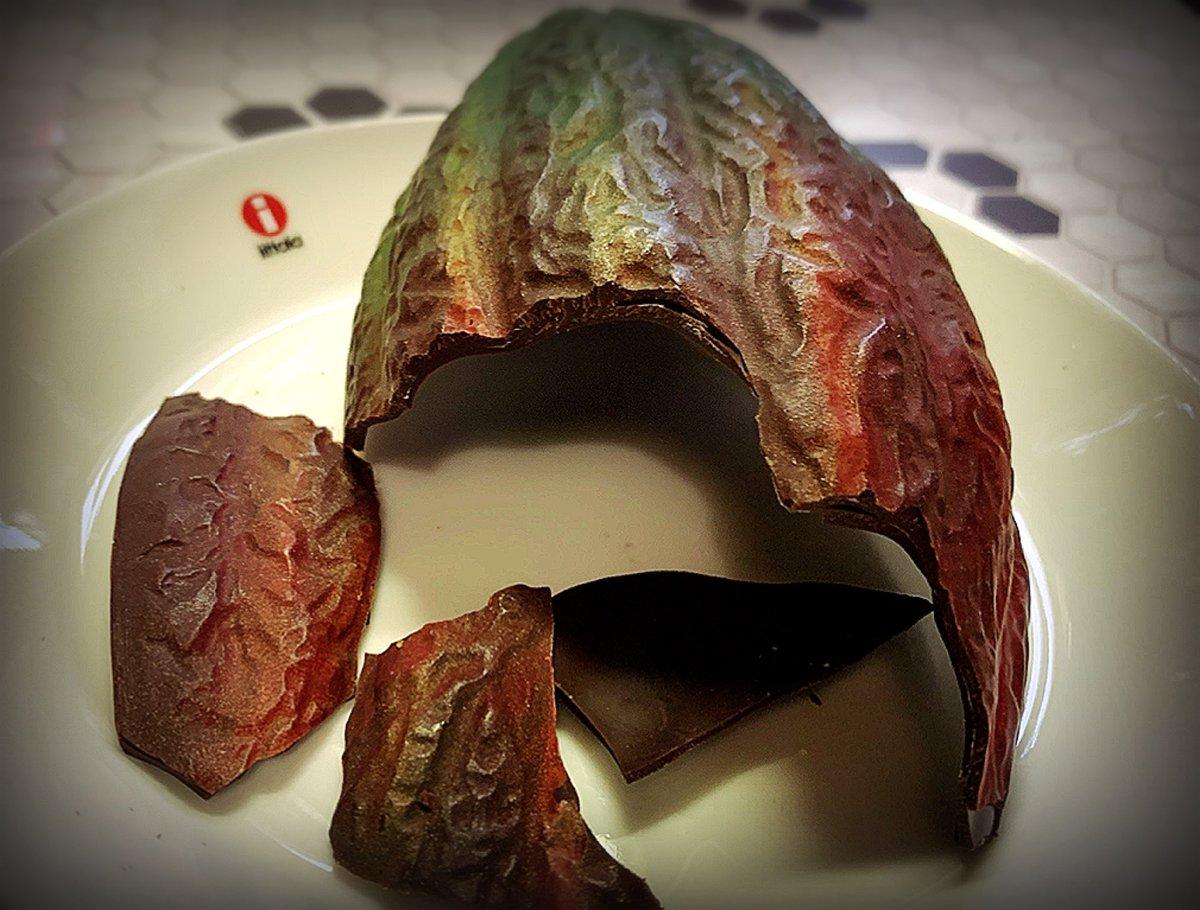 test ツイッターメディア - 今日のおやつは帝国ホテルのカカオショコラ🍫 カカオの実の形をしたチョコの中に ローストしたカカオ豆をキャラメリゼして ビターチョコでコーティング💕 キャラメリゼがカリカリでかなりの歯ごたえ! 味もカカオ味が強くて大人のチョコレートでした😍  #お腹ぺコリン部  #帝国ホテル #チョコレート https://t.co/anytFymbJu
