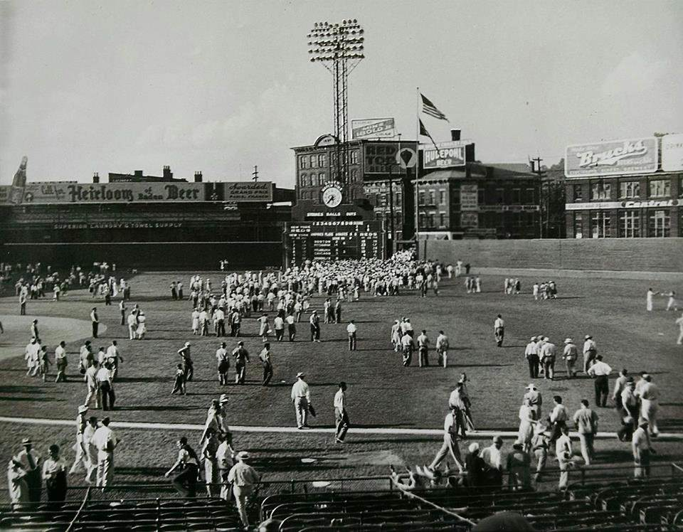 Crosley Field, Cincinnati, July 21, 1940 - Some of the 33,356 that were on hand to see first-place Reds sweep the NY Giants (6-1, 4-2) in a Sunday doubleheader leave afterward through the field, a very common and super cool practice back then that could never take place today https://t.co/awDgCUheQ2
