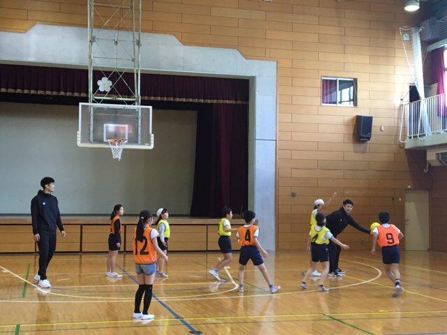 test ツイッターメディア - #秋葉真司、#杉浦佑成 選手が渋谷区立加計塚小を訪問し、6年1・2組の生徒たちを対象にバスケ教室を開催しました⛹️♂️💨ボールを高く投げた間に拍手が何回できるかを競う遊びに、生徒たちは何度もチャレンジしていました😆🎶ミニゲームでは、シュートが決まるたびに生徒たちの歓声が上がってました😄💡 https://t.co/953VuGgs0K