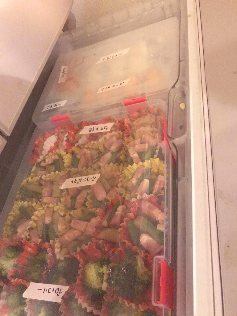 test ツイッターメディア - 「毎日の弁当作り心折れそう」とかいつまでも言ってらんないので昨日は一気に作り置き。カップに小分けしてダイソーの厚めのファイルに並べたら冷凍庫にちょうど収まった。ちなみに余ってた冷凍食品もテトリスの如くファイル収納した。 シンデレラフィット… 疲れたが謎の達成感…(:3_ヽ)_ https://t.co/YBqZ2L1dIC