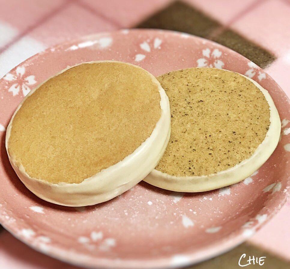 test ツイッターメディア - 【 あまとう マロンコロン 】  芳ばしいクッキーを3層重ねて ホワイトチョコレートでコーティング♡ 一枚一枚丁寧に焼き上げた 小樽銘菓の手作りクッキーです  定番のチーズとアールグレイの紅茶をいただきました♡ 食べ応えがあり ご当地でも人気の高いお菓子です https://t.co/BpkOSV6fBV