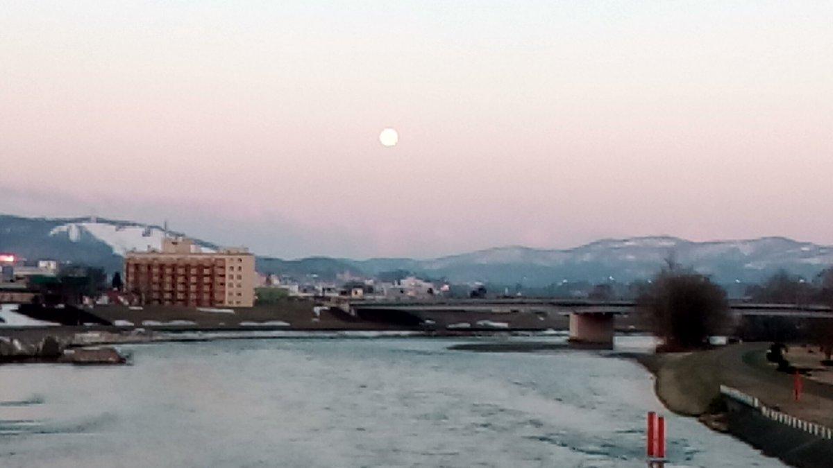 test ツイッターメディア - 旭橋の真ん中から東側に真っ赤に燃える日の出。反対側の西側を見ると満月がまだ鎮座。思わず撮影してしまいました。 #旭川 #旭橋 https://t.co/jUBVNfQsn8