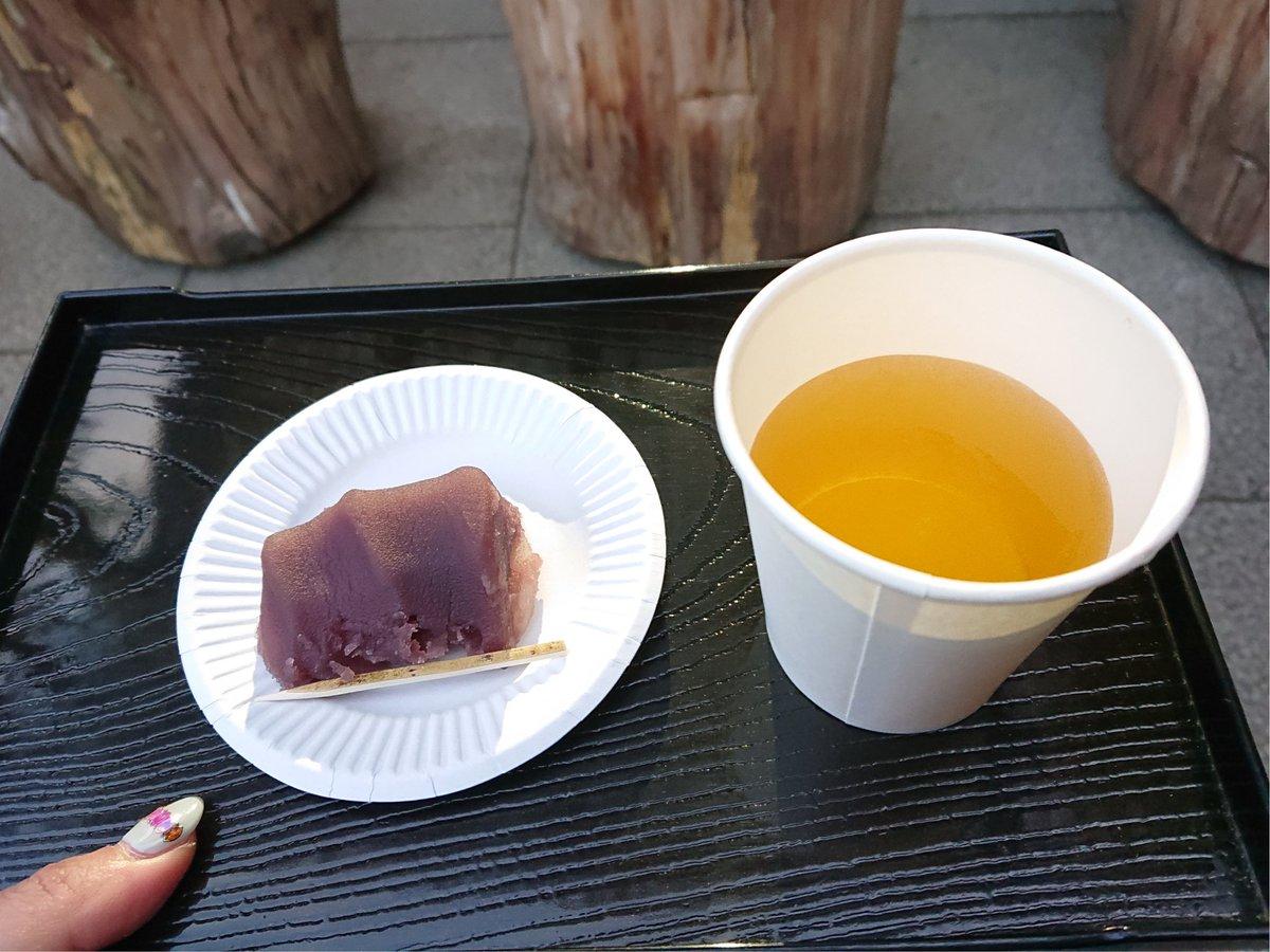 test ツイッターメディア - 二日続けて東京大神宮へ。 実は昨日 お焚き上げに出す神札を持ってくるのを忘れてしまっていたので、近くに用事もあり本日もう一度立ち寄ることに。今回は伊勢神宮の分祈ならではの「赤福」とお茶の振る舞いをいただくことができました🥰。口福を授けていただいたので、きっと運気も上がるに違いない。 https://t.co/oXjdqV1OSb
