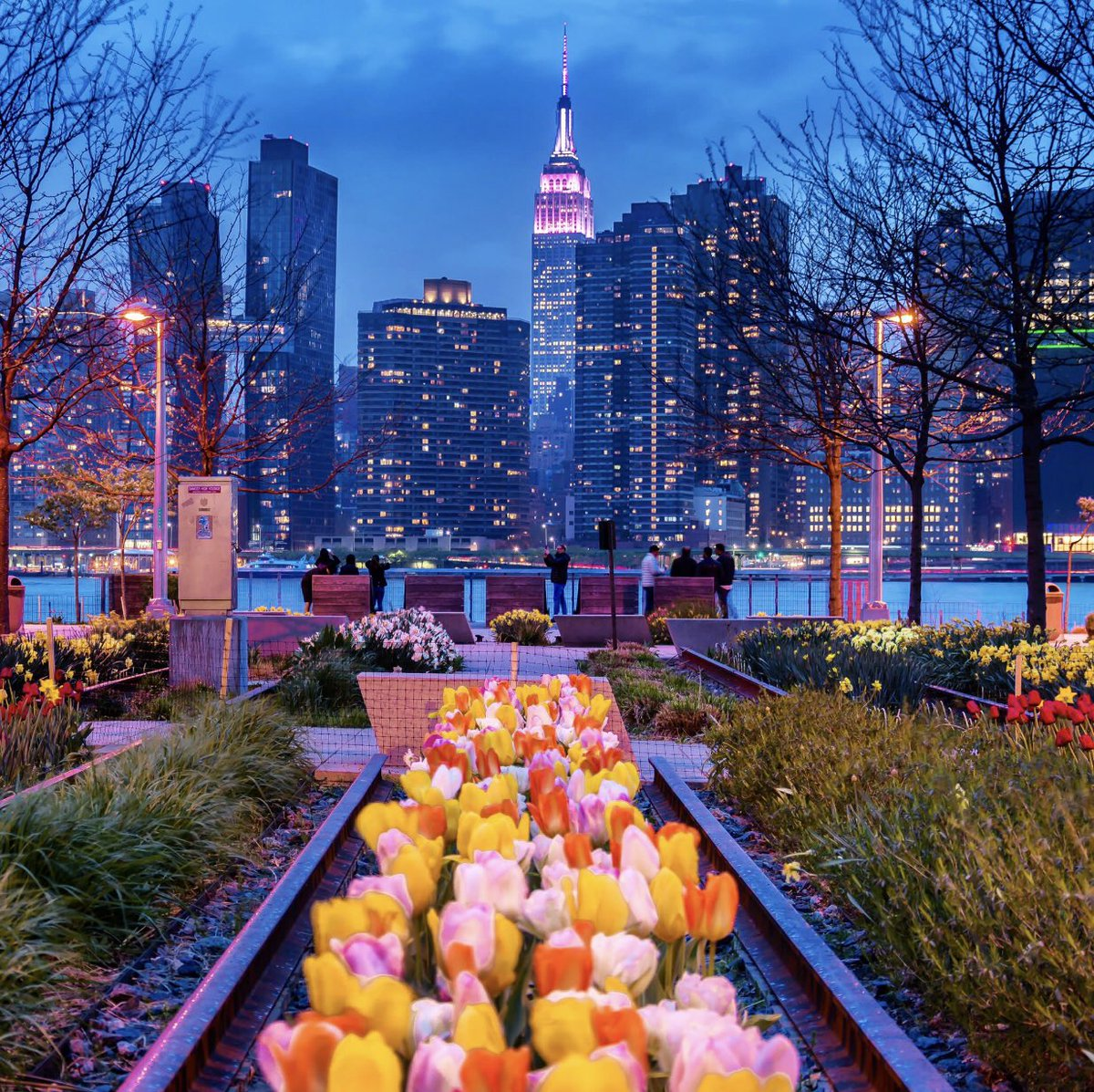 test Twitter Media - Here Hunters Point South Park, Long Island City, Queens, New York & @EmpireStateBldg photo by @nyclovesnyc ~ a beautiful spring sight https://t.co/3Bri9bwBLb
