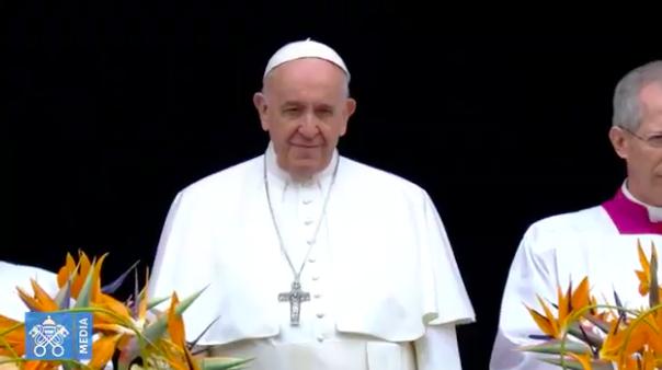 #PapaFrancisco está ya en el balcón para la tradicional bendición #urbietorbe https://t.co/sKb3Y2iTdh https://t.co/O4vnSPFuql