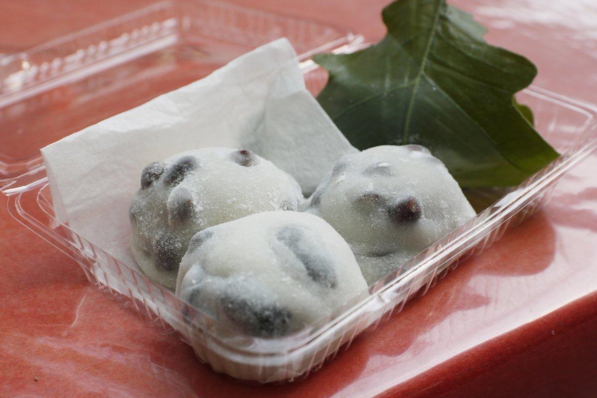 test ツイッターメディア - 《izuminが昔から好きな京都甘味処その③》 下鴨神社の参拝と重ねてお忘れなくといえば、「出町ふたば」の豆餅。 江州米の餅に中身はこし餡。 赤えんどうの塩加減と食感がアクセントで幾つでも食べすすんでしまうよね。  朝いちに来たら行列なし! ラッキー👍  📍 出町 ふたば https://t.co/nC4auvhnu4 https://t.co/8onosQ8LiY