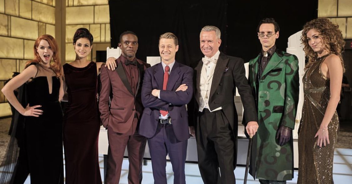RT @GothamHub: The cast of #GOTHAM filming the series finale ???????????? https://t.co/FE4yJz6PW9