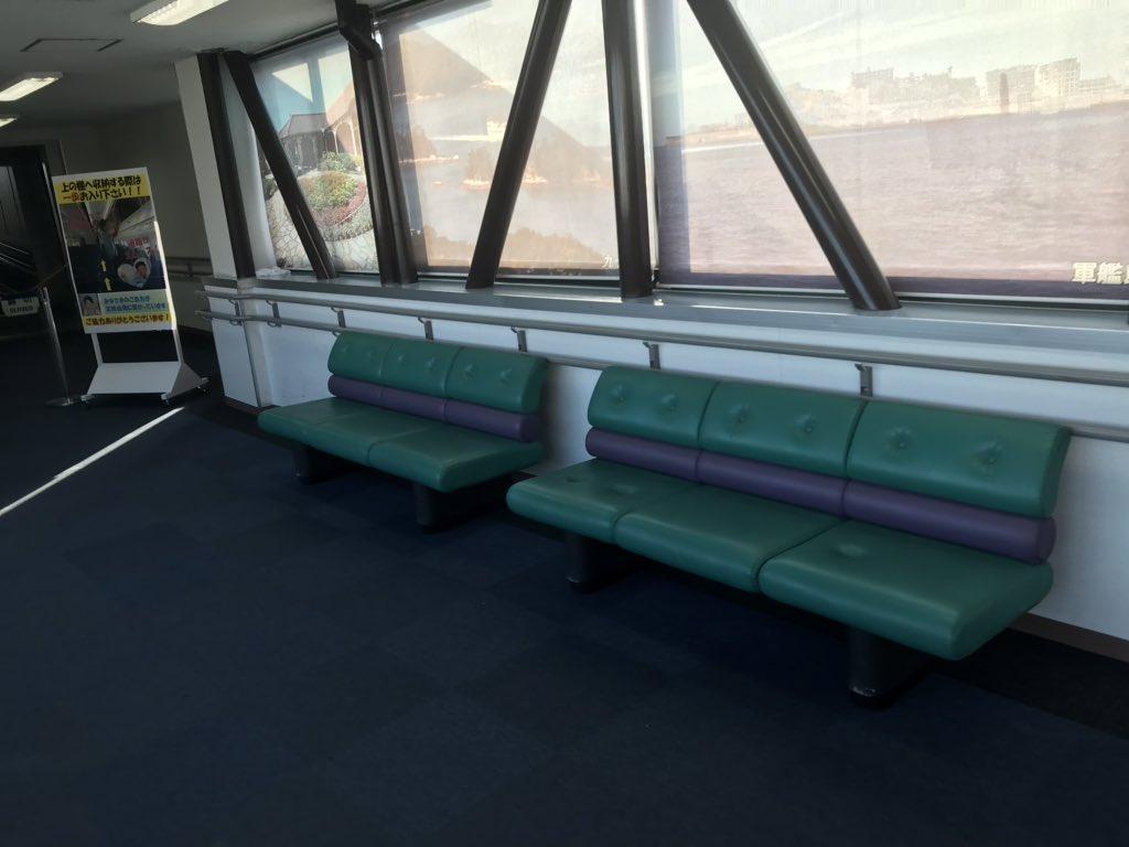 test ツイッターメディア - 長崎空港のボーディングブリッジ前に北海道新幹線H5系カラーのベンチがありました。2両編成っぽいですね。ボーディングブリッジでベンチに腰掛けるシチュエーションが想像できないけど。773の前方座席から降り、後方座席の同行者を待つときとか?773とか大きめの飛行機が定期で運用されてるしねー。 https://t.co/oxUBUcVAe4