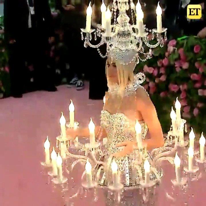RT @etnow: Katy Perry just lit up the #MetGala carpet as an actual chandelier! https://t.co/DWelh9y5tX
