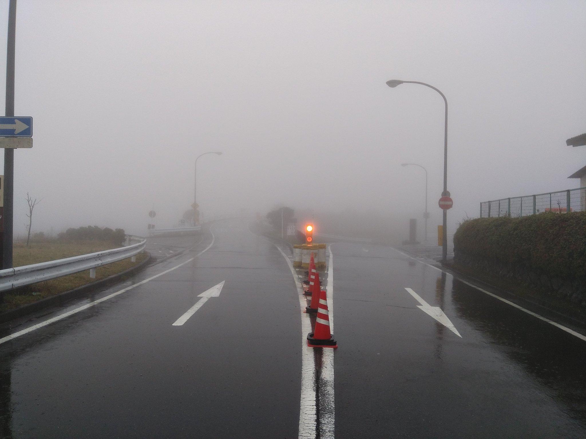 アネスト岩田ターンパイク箱根 4月30日(火)6時40分の道路状況です。  天気:雨、霧 気温:8℃ 路面状況:湿潤(異常無し) 風速:1〜2m 霧:本線7kp〜湯河原峠間で発生(大観山で視界80m程)  中腹から薄い霧が発生していますので走行にご注意下さい。 https://t.co/zm8kr67R14