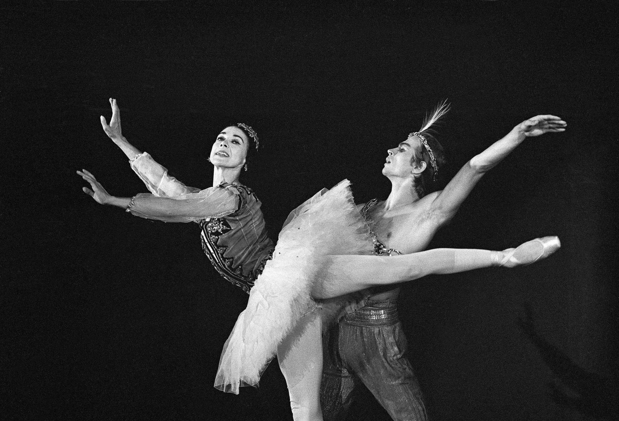 Dancers Rudolf Nureyev and Margot Fonteyn performing Le Corsaire, at the Ein Gedi Kibboutz. 1963.  Fonteyn was born on this day 100 years ago.  © Rene Burri/Magnum Photos https://t.co/luWBhFvgLr
