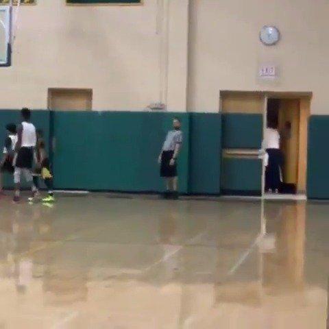 Ref couldn't believe it 😂  (via purposebasketball/IG) https://t.co/k9yXYFram2