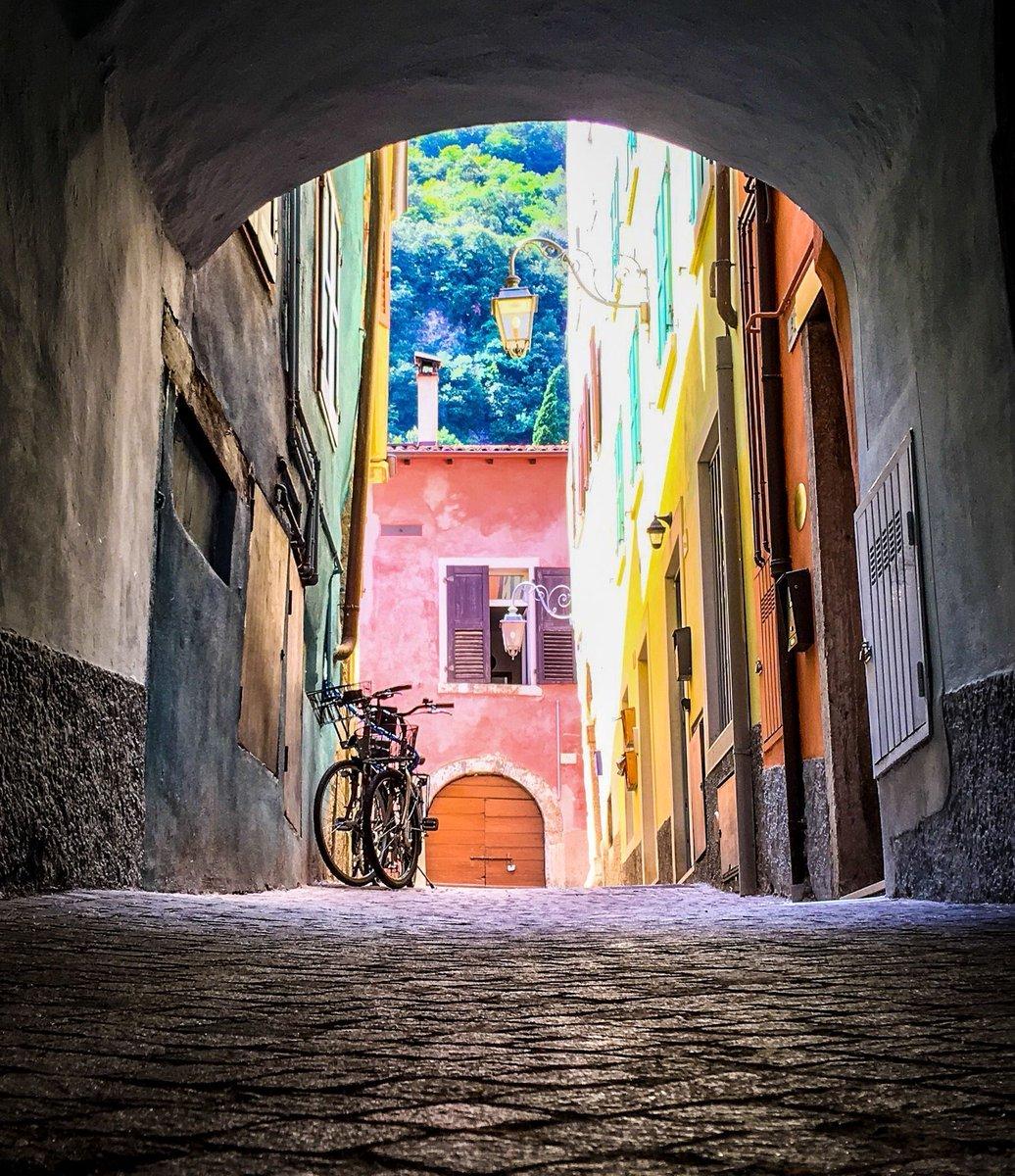 Sweet serene little alleyway in Italy :) https://t.co/EZ9Q436lQ5 https://t.co/cvUDxazIWr