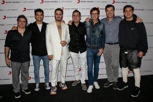 . @ReikMx renueva contrato con su disquera @sonymusicmexico, en alianza con Sony Music US Latin para continuar desarrollando su carrera a nivel global 👏👏 ¡Entérate más en nuestra web! 🤩