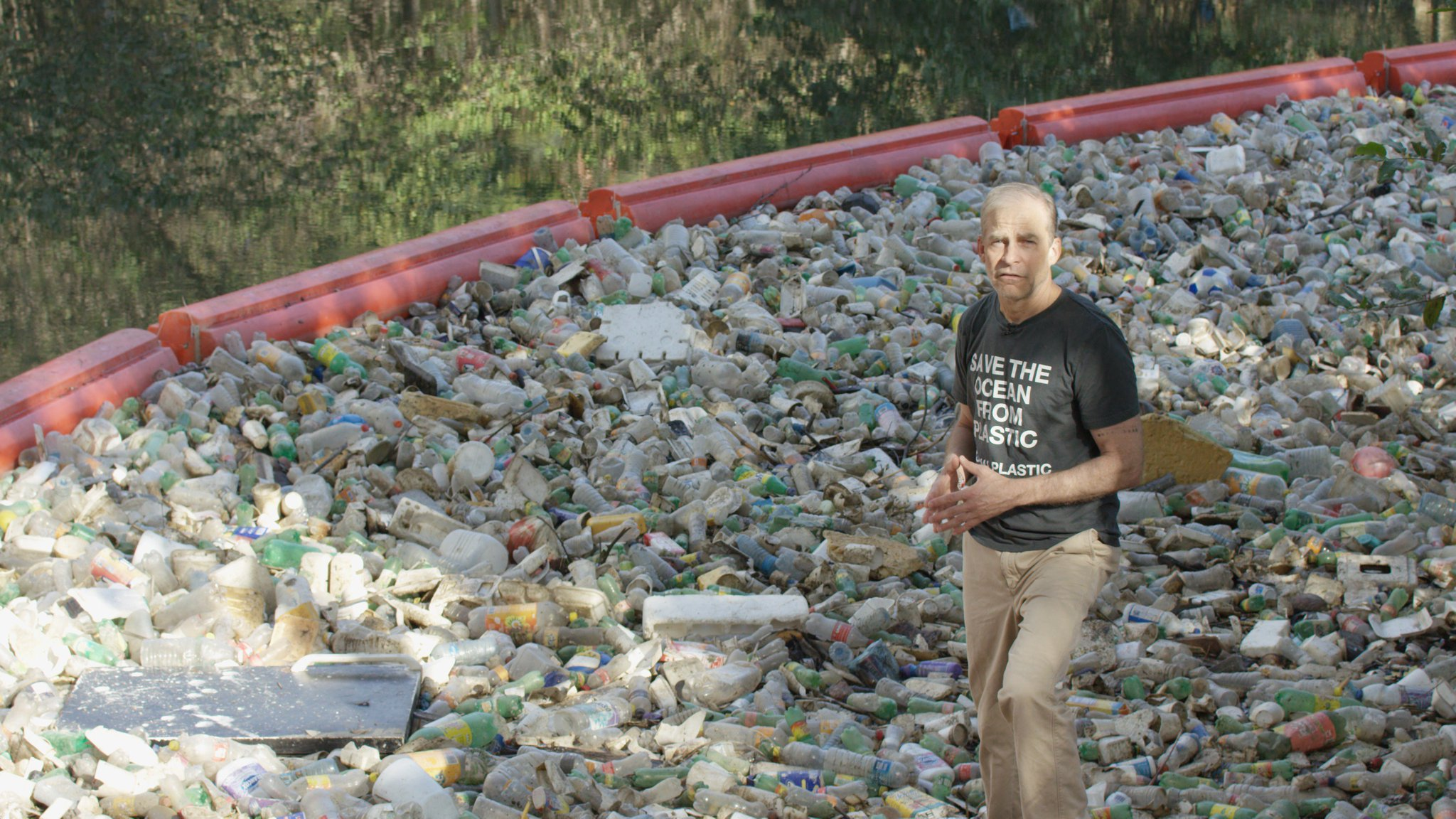 Stopping #oceanplastic starts with cleaning up plastic in rivers that flow to the sea. This project by @MareaVerde_PA has collected 120,000 bags of waste from a river in just a year! It's a step in the right direction. Our oceans need more innovations like this around the world. https://t.co/XBZcXq5610