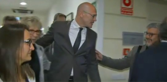#BREAKING Jailed pro-independence politician Raül Romeva has arrived at the Spanish Senate to register as a senator.  He will be escorted back to prison straight afterwards. https://t.co/KxIL9SoaZw