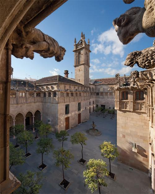 A wide shot of the Pati dels Tarongers (Courtyard of the Orange Trees) of the #Palau de la Generalitat, looking north. https://t.co/VJppueozF2